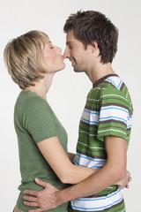Paar küssen, Seitenansicht, Portrait