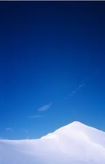 Schnee, blauer Himmel und Stille