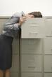 Geschäftsfrau suchen durch Aktenschrank