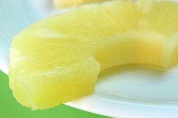 Ananas auf Teller