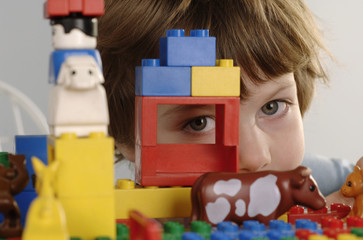 Junge Blick durch LEGO-Steine
