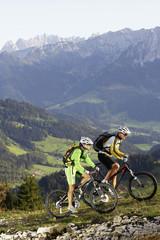 Deutschland, Bayern, Paar fährt Fahrrad
