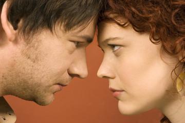 Mann und Frau starren einander an