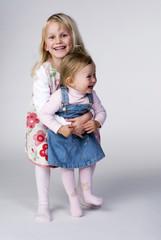 Zwei Mädchen lächeln, Porträt