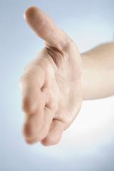 Hand bietet Handschlag an