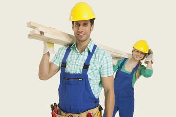Mann und Frau Overall tragen Holz, lächeln, Porträt
