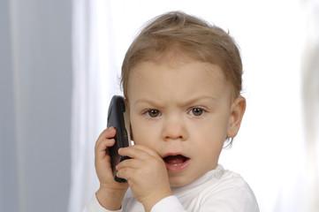 Kleines Kind mit Handy