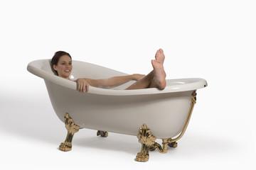 Frau jung entspannen in der Badewanne
