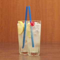 Zwei Gläser Gin Fizz