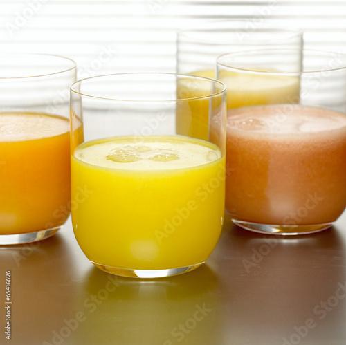 Ananassaft, Orangensaft und Grapefruitsaft in Gläsern