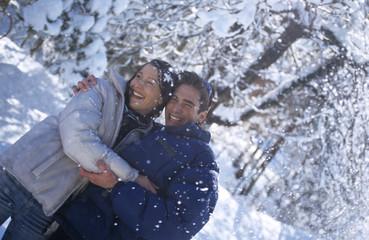 Paar steht im Schnee