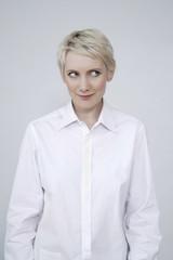 Frau jung auf weißem Hintergrund, Porträt