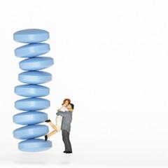 Figuren, Mann umarmt Frau neben Viagra-Tabletten