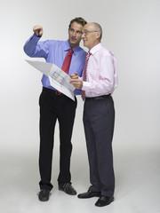 Zwei Geschäftsleute halten Bebauungsplan