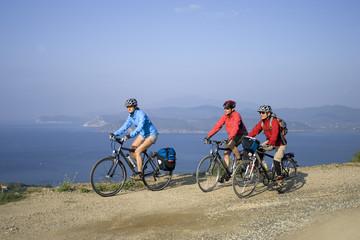 Italien, Toskana, Elba, Mountainbiker fahren an Küste entlang