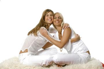 Zwei junge Frauen umarmen einander