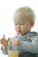 Junge trinkt mit Strohhalm