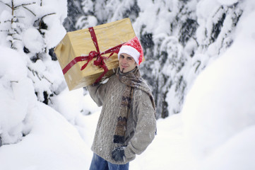 Junger Mann mit Geschenk auf Schulter