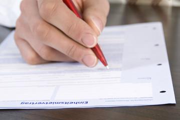 Mann ausfüllen Antragsformular, close-up der Hand