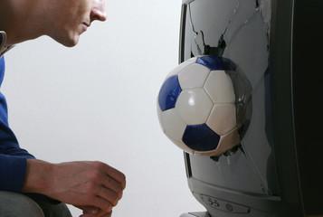 Mann vor Fernseher und schaute Fußball, Fernseher kaputt
