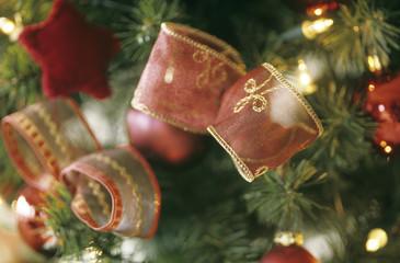 Weihnachtsbaum mit Band geschmückt