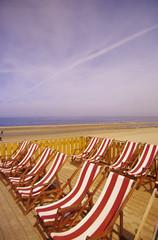 Holland, Nordsee, Liegestühle in einer Linie am Sandstrand