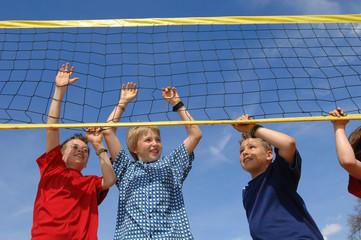 Jungen am Volleyballnetz