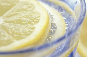 Zitronenscheibe im Glas