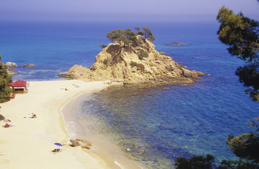 Spanien, Katalonien, Costa Brava, Menschen auf sandigen Strand