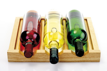 Weinflaschen auf Tablett