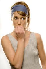 Junge Frau beisst auf Fingernägel