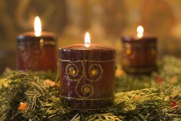 Weihnachtsdekoration mit brennenden Kerzen