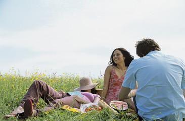Drei junge Leute beim Picknick