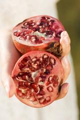 Frau halten Granatapfel Hälfte ist, close-up