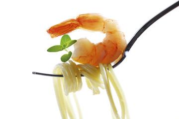 Spaghetti und Garnelen auf Gabel