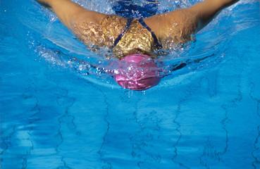Frau beim Schwimmen im Pool
