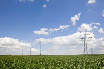 Deutschland, Sachsen-Anh, Feld von Windkraftanlagen und Hochspannungsmasten