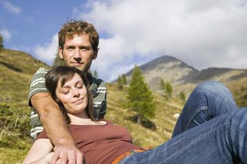 Junges Paar in den Bergen, ausruhen