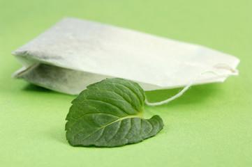 Teebeutel und Minze Blatt