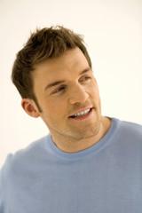 Junger Mann Wegsehen, Lächeln, close-up