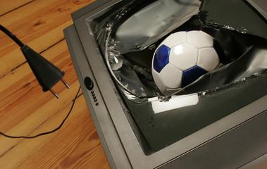 Beschädigtes TV, Fußball reingeflogen