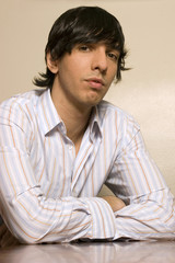 Junger Mann sitzt am Tisch, Portrait