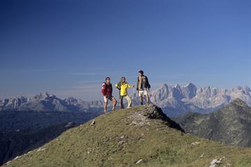 Drei Menschen auf der Spitze des Berges