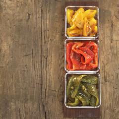 Eingelegte Paprika in Schalen,