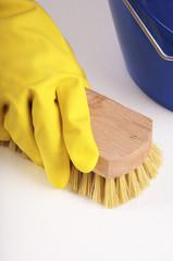 Hausputz, Schrubben mit Gummihandschuhen und Bürste