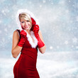 Weihnachtsfrau vor Schneelandschaft