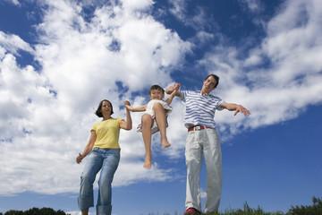 Eltern mit Tochter, Hand in Hand