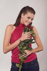 Frau jung halten einen Strauß Rosen