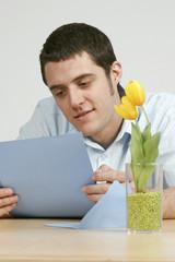 Junger Mann liest einen Brief