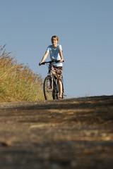 Junge Frau beim Radfahren